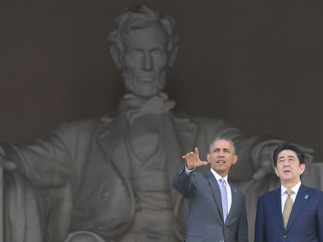 Abe, Abe and Obama: Prime Minister Abe (Ah-bay) with President Obama and at the (Abe) Lincoln Memorial (AFP-JIJI)