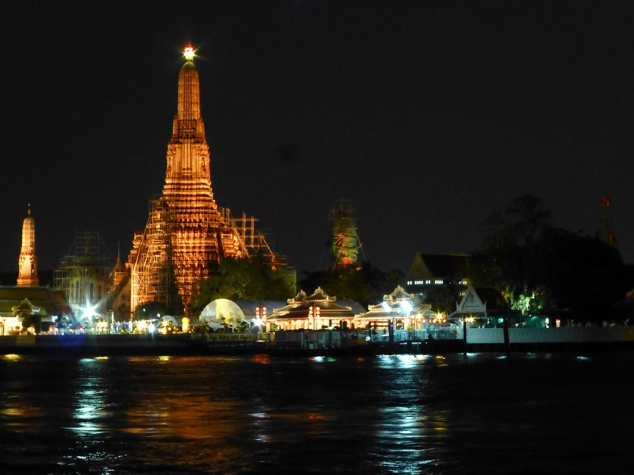 The iconic Wat Arun temple at night