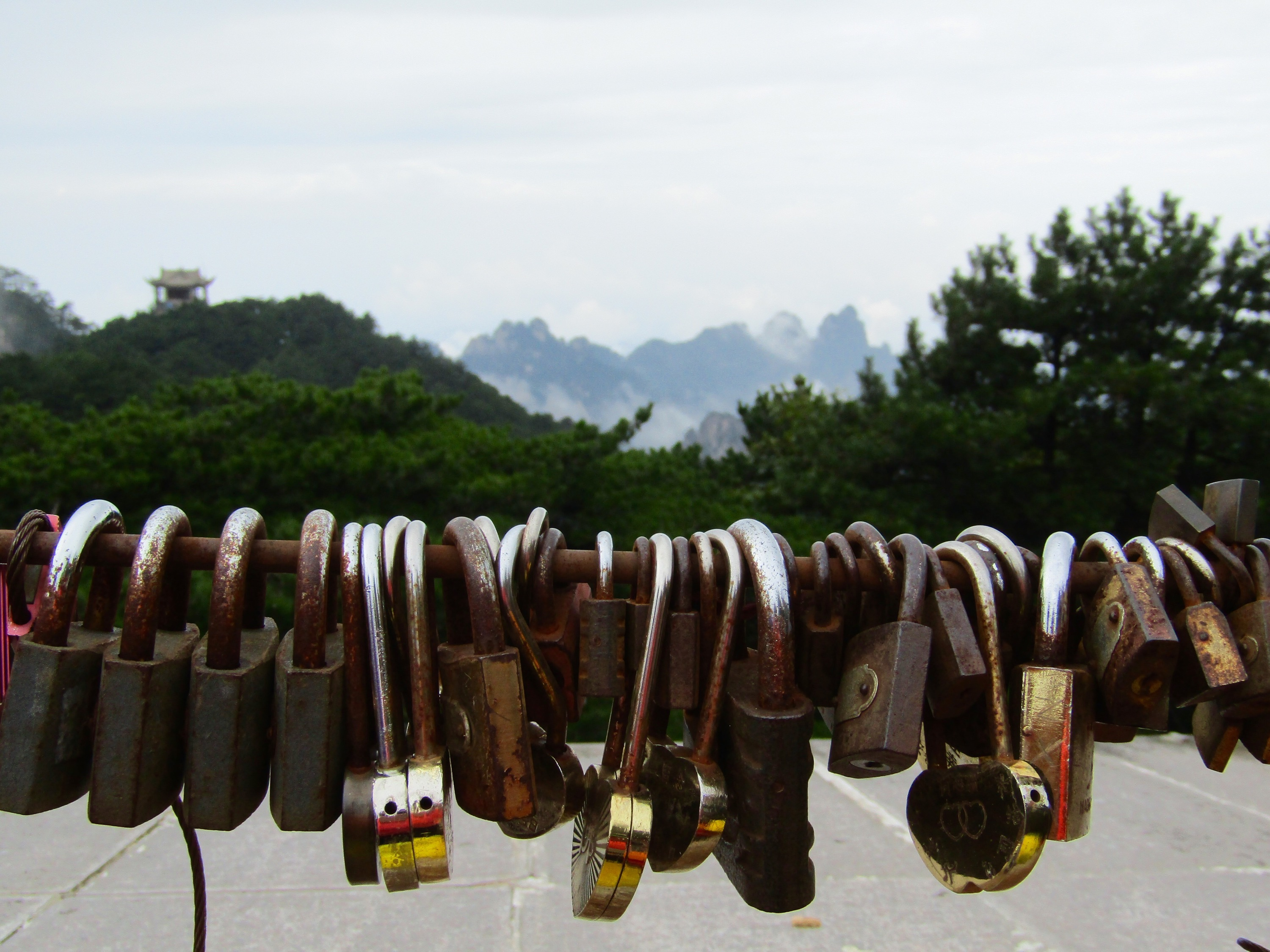 At Bright Summit Peak, lovers tie padlocks to the railing and toss the key into the valley below, ensuring an eternal bond.