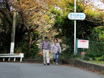 A couple heading toward Satta Pass from Yui Station carry a bag of freshly-purchased oranges