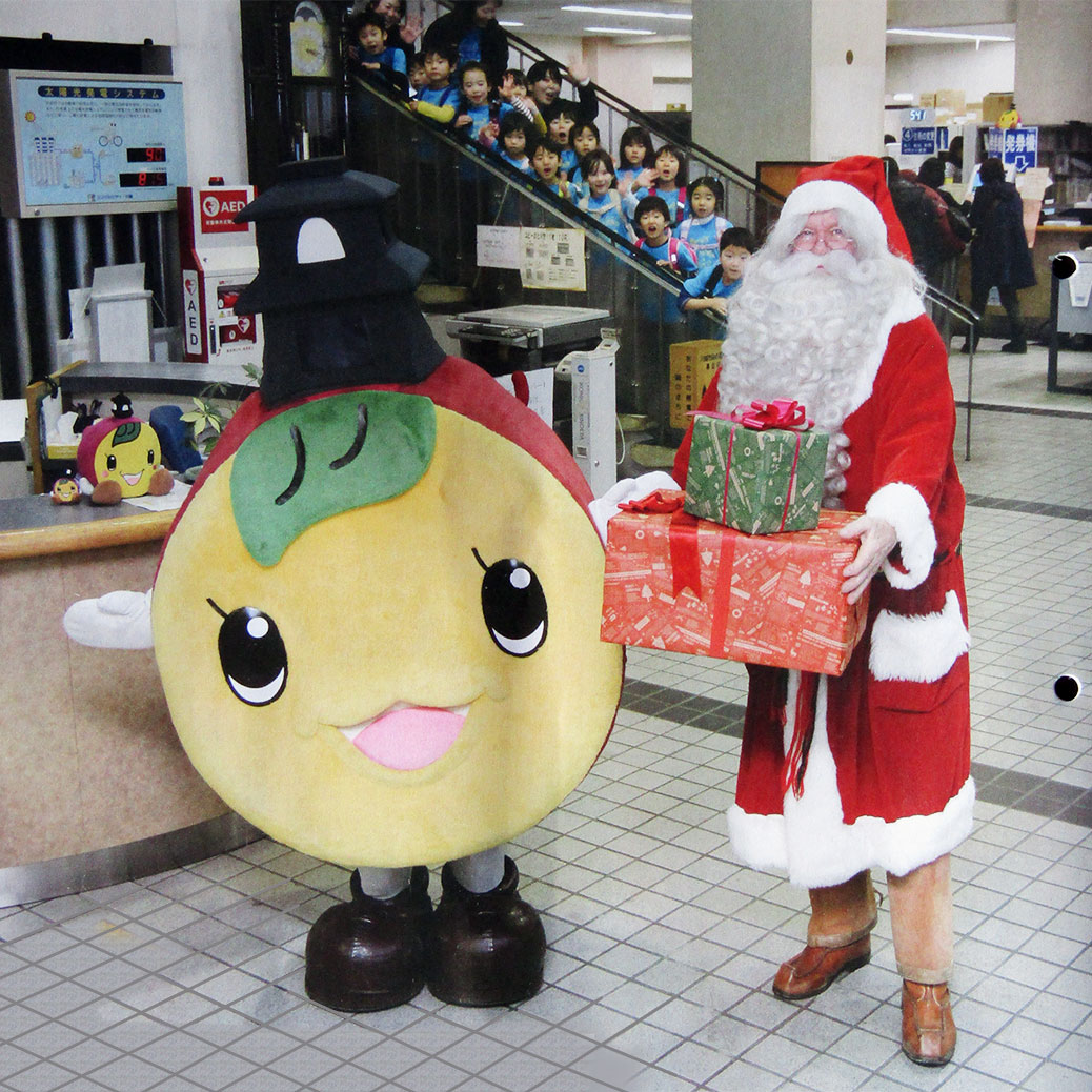 Santa Claus stopped by Kawagoe City Hall to give Tokimo, our city's sweet potato mascot, an early Christmas gift